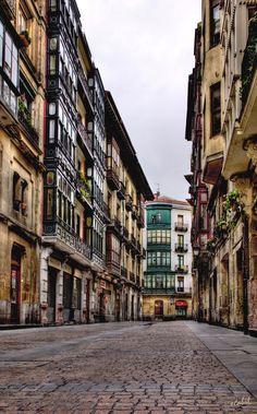 Calle De La Pelota (Bilbao) - Seguimos inmersos en el Casco Viejo bilbaino, esta es una de sus calles. Un saludo a mis amigos de 500px.