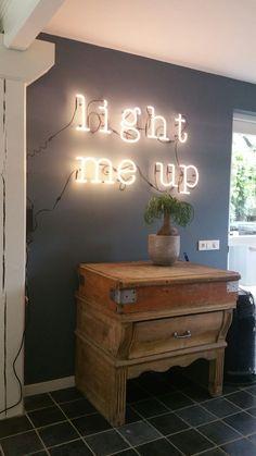 Seletti Neon Art - light me up  Met antiek hakblok in de keuken.
