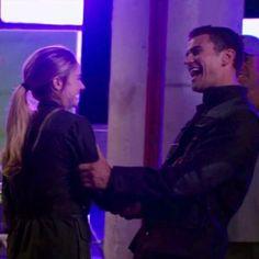 <<< He is sooooooooooooooooooooooooo cute! He has to marry shai. He has toooooo, it would be so cute Divergent Theo James, Tris And Tobias, Divergent Hunger Games, Divergent Fandom, Divergent Trilogy, Tris E Quatro, Tris Und Four, Theodore James, Divergent Insurgent Allegiant