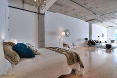 La fourrure et l'or, mariés au béton brut donnent un décor éclectique chic à ce loft