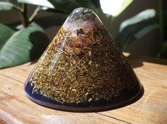 Orgonite grand cône lumière dorée