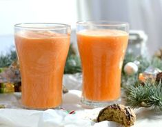 Recipe: Orange and Carrot Smoothie Rezept: Orangen-Möhren-Smoothie A quick and easy recipe for an orange and carrot smoothie. Not only does it taste great, it also keeps you fit and healthy. Smoothie Fruit, Smoothie Vert, Carrot Smoothie, Smoothie Detox, Raspberry Smoothie, Smoothie Recipes For Kids, Healthy Juice Recipes, Easy Smoothies, Healthy Juices