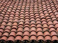 Rotbraune Dachziegel auf einem alten Haus auf den Prinzeninseln im Marmarameer bei Istanbul in der Türkei