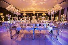 Mesas espelhadas, muitos lustres e cadeiras em acrílico complementaram a produção - Decoração branca por João Callas - Foto Mansano Fotografia