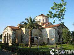 Trabzon Ayasofya Cami öncden Ayasofya Müzesi olarak bilinirdi ve 2014 yılı itibari ile islami ibadethane olarak camiye çevrilmiştir ve şuanda cami olarak hizmet vermektedir. Tarihi oldukça eskiye dayanan bu tarihi mimarinin bu denli dönüşüm yapılarak camiye çevrilmesi çeşitli konuşmalara sebep olsada aslında çokta güzel bir düzenleme olmuştur.  #Trabzon #Ayasofya #Cami