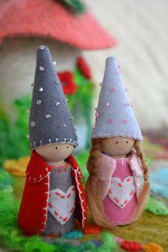 Valentine's Day Peg Doll Couple. Waldorf Wood Peg Gnomes. Valentine's Gnome by LasManitos on Etsy https://www.etsy.com/uk/listing/218619778/valentines-day-peg-doll-couple-waldorf