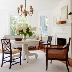 Home Decoration Black a classic connecticut cottage in white and wood-dining room-coco kelley-house-tour Living Room Decor Traditional, Traditional Decor, Classic Home Decor, Classic House, Home Decor Styles, Cheap Home Decor, Classic Living Room, Sofa, Classic Furniture