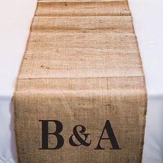 Agrémentez vos tables de réception avec ce chemin de table personnalisable avec vos initiales en toile de jute
