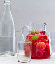 This Cranberry-Basil Spritzer combines the tastes of the cooler season with the refreshing fizz of warmer weather drinks. Summer Drink Recipes, Cocktail Recipes, Margarita Recipes, Cocktail Drinks, Christmas Drinks Alcohol, Holiday Drinks, Picnic Foods, Picnic Recipes, Margaritas