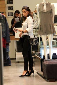 Depois de analisar 19 looks da Vanessa Hudgens (em dose dupla), da Kendall Jenner, agora é hora da versão brasileira e essa versão é real, incrível e inspiradora! Juliana Paes é gata, muito gente boa e tem andado por aí cada vez mais estilosa. A atriz tá sempre out & about pelos shoppings e eventos […]