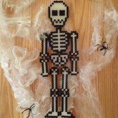 Skeleton Halloween hama beads by myecobeauty Diy Perler Beads, Pearler Beads, Fuse Beads, Beads And Wire, Halloween Beads, Halloween Crafts, 8bit Art, Iron Beads, Melting Beads