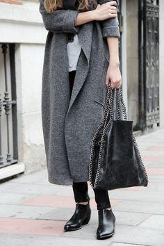 Manteau long gris jean noir bottinnes et sac noir