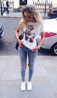 The go-to for relaxed casual style? A white print crew-neck t-shirt with blue ripped skinny jeans. Add white plimsolls to the equation and the whole outfit will come together. Fashion Mode, Fashion Killa, Look Fashion, Teen Fashion, Fashion Outfits, Womens Fashion, Fashion Trends, Fashion 2018, Fashion Pants