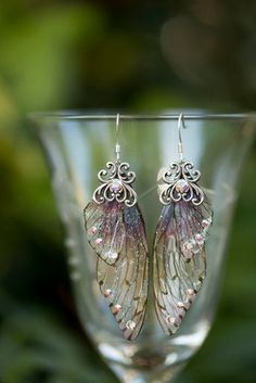 Die Ohrringe lila Fee Flügel sind mit unserer lila getönten spezielle Ombre gemacht Mini Fee Flügel und akzentuiert mit Swarovski Strass und einem filigranen silbernen Prägung. Die Ohr-Drähte sind Chirurgenstahl. Lange Ohrringe 2 Diese Ohrringe sind also atemberaubend persönlich,