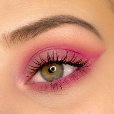 Valentinstag Augen Make Up Inspiration in Pink. Inklusive Make Up Anleitung zum Nachschminken dieses einfachen Augen Make Up Looks für den 14.02.2020. #valentinstag #augenmakeup #eyemakeup