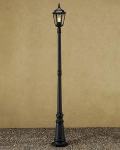 Er is natuurlijk licht nodig op het plein. daar zijn lantaarnpalen ideaal voor. Dit is een mooie lantaarnpaal die je verder in utrecht ook veel ziet. hij past dus bij de omgeving.