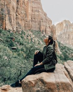 Wear a bomber jacket for warmth and style while hiking! #fashion #fashionblogger #style #bomberjacket #outdoors #zionnationalpark