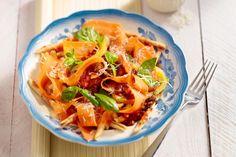 Een eenvoudige, vegetarische pasta met veel groentjes, deze trofie met tomatensaus, wortellinten en gele paprika. Serveer met geraspte parmezaanse kaa...