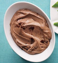 Choco-Banana Soft Serve Puree a sliced, frozen banana with 1 tbsp unsweetened almond milk, 1 tsp peanut butter and 1 tsp cocoa powder until smooth. Healthy Desserts, Delicious Desserts, Yummy Food, Köstliche Desserts, Dessert Recipes, Soft Serve, Almond Butter, Almond Milk, Healthy Recipes