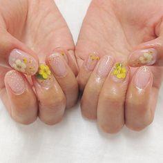 kuukinailありがとうございます黄色いお花をポイントに泡のような水彩を入れて優しいデザインですありがとうございました#ショートネイル#kuuki#押し花ネイル
