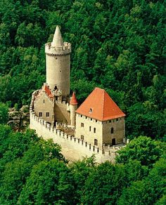 Kokořín Castle is a castle located some 10 km northeast of Mělník, Czech Republic. It was built in the first half of the century by order of Hynek Berka z Dubé. Gothic Castle, Medieval Castle, Castle Ruins, Castle House, Small Castles, Chateau Medieval, Castle Pictures, Palaces, Amazing Buildings