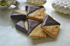 Marzipan squad rate - recipe - If you love marzipan, you won& get enough of these marzipan squares. A great recipe that ensu - Candy Recipes, Cookie Recipes, Great Recipes, Biscuit Cookies, Cake Cookies, Swiss Recipes, Christmas Biscuits, Food And Drink, Sweets
