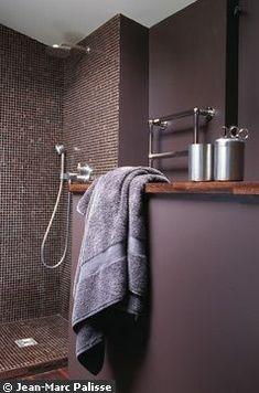 Salle de bains design baignée de violet
