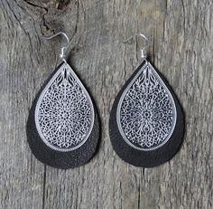 Boucle d'oreille boho légère | bijoux zen | accessoire cuir brun | laiton plaqué argent | acier inoxydable | tendance gypsy | nana boho