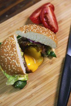 Prepara esta jugosa hamburguesa envuelta en tocino con un centro de queso cheddar que se derretirá en tu boca.