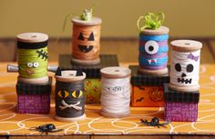 A list of amazing DIY Halloween Decorations. Find outdoor, party, yard or kids diy halloween decorations and ideas from this extensive list. Adornos Halloween, Manualidades Halloween, Easy Halloween Decorations, Fete Halloween, Halloween Crafts For Kids, Holidays Halloween, Holiday Crafts, Halloween Centerpieces, Halloween Table