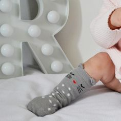 Une paire de chaussettes hautes ant-dérapantes.Disponibles en 3 tailles : 0-1 an, 2-3 ans, 3-4 ans.Composition : coton et élasthanne.
