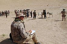 Ferrer-Dalmau tomando notas en Afganistán Bradley Mountain, Combat Boots, Empire, Army, Wrestling, Basic Painting, Spanish, Soldiers, Historia
