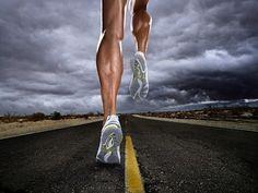 Одно из эффективных средств восстановления ( несколько забытым в последние годы ) является медленный бег.  Он проводится чисто в аэробном режиме, способствуя не только погашению кислородного долга, окислению недоокисленных продуктов, но и быстрому осуществлению процессов суперкомпенсации.  По данным ряда исследований, использование медленного бега в режиме 1 километра у мужчин 4,5 минуты ( у женщин - за 5 минут ) в конце тренировочных занятий значительно ускоряет восстановление.