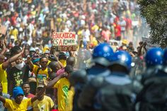 南アで、学費値上げに反対し、アパルトヘイト反対運動以来の巨大デモを学生が主催。 South Africa's huge student protests, explained vox.com/2015/10/24/960…