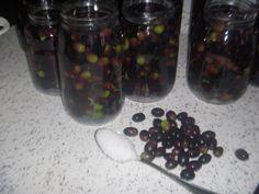 Come conservare le olive nere all'acqua e sale :occorrono le olive dal colore verde o rosato, non perfettamente mature, raccolte in Ottobre. Semplice,veloce