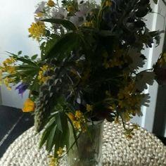 LUONTO&KUKAT. Koti&Sisustus. Luonnosat keräämäni Kukat, päätyivät Keittiön pöydälle. IHANIA...Tykkään. #blogi #luonto #koti #sisustus #kukat #luonnonkukat #keittiö #tyyli #yksinkertainen #kesä ☺