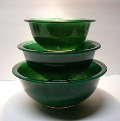 Vintage Pyrex Bowls Collectibles   Vintage Pyrex Glass Mixing Nesting Bowls Christmas Green Holiday Vintage Bowls, Vintage Dishes, Vintage Pyrex, Vintage Kitchen, Pyrex Mixing Bowls, Pyrex Bowls, Kitchen Stuff, Kitchen Gadgets, Kitchenware