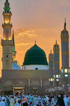 Prayer or Salah is the second pillar of Islam and someone could not become a practical Muslim unless he/she performs it five times a day. Al Masjid An Nabawi, Masjid Haram, Mecca Masjid, Islamic Images, Islamic Pictures, Islamic Art, Islamic Quotes, Muslim Quotes, Mecca Wallpaper