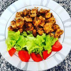 Almoço simples e honesto: frango frito na manteiga com alho cebola e temperos variados alface tomate e azeite de oliva.  Porque a gente não tem de complicar para ser gostoso e saudável   #frango #frito #paleo #atkins #LowCarb #lchf #dieta #diet #fitness #fit #instafood #lunchtime #almoço #glutenfree #semgluten #comidasaudavel #ComidaDeVerdade #senhortanquinho #controleseucorpo
