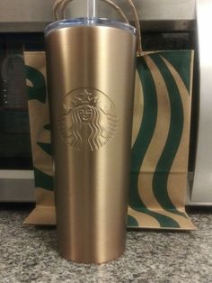 New starbucks 24 oz gold/copper tumbler! Starbucks Water Bottle, Starbucks Tumbler Cup, Custom Starbucks Cup, Starbucks Drinks, Teen Wallpaper, Cute Cups, Mug Cup, Coffee Mugs, Kitchenette