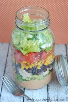 Easy Mason Jar Southwest Salad Recipe-- perfect no cook summer meal or grab n go lunch!