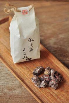 滋賀県彦根市の大菅製菓というところの和三盆くるみ。 くるみの持つほろ苦さと和三盆のやさしい甘さが絡み合って、一粒食べるとやめられなくなる美味しさです。