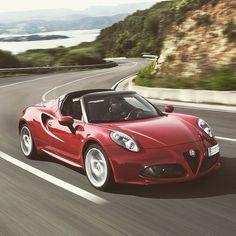 Tylko Ty, Alfa Romeo 4C i serpentyny na wybrzeżu. Pomysł na wakacje idealne! #AlfaRomeo #4C #Italy #lato #wakacje