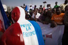 """A Gao, dans le nord du Mali: """"si les Français partent, nous repartons avec eux""""  GAO (Mali) - A Gao, la grande ville du nord du Mali où les drapeaux bleu-blanc-rouge ont fleuri sur les murs, les soldats français ont été accueillis en sauveurs. Mais l'annonce du début de leur retrait en avril inquiète, la population soulignant """"l'amateurisme"""" de l'armée malienne - via AFP (13/03/2013)"""