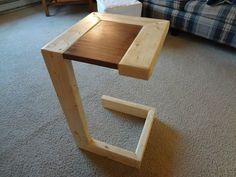 Небольшой столик-приставка для дивана