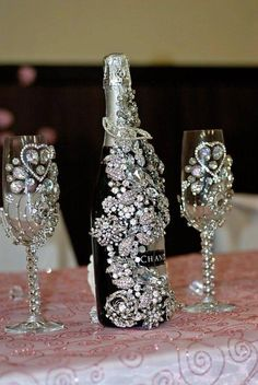White and Gold Wedding. Bride and groom champagne toasting flutes/glasses. Bling Bottles, Champagne Bottles, Bottles And Jars, Glass Bottles, Champagne Glasses, Gold Champagne, Wedding Champagne, Sparkle Wedding, Gold Wedding