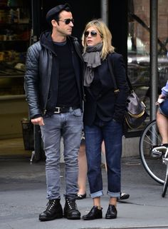With style that's both sexy and approachable, Jen mixes up more menswear-inspired pieces (like a schoolboy blazer and boyfriend jeans) with ankle boots and a cute black bag.