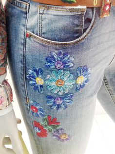 With buttons in the centres? Embellished Jeans, Embroidered Clothes, Fashion Casual, Diy Fashion, Estilo Lady Like, Jeans Pants, Denim Jeans, Shorts, Painted Jeans
