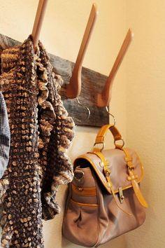 porte manteau original qui réutilise les cintres en bois