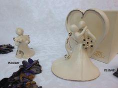 Bellissima coppia di sposi, raccolti in un abbraccio, raffigura l'unione e l'amore in chiave moderna. In fine Porcellana di Capodimonte bomboniera adatta per l'evento Matrimonio.